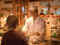 料理人がその場で調理し、出来立てをご提供!
