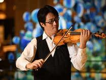夕食後はヴァイオリンやピアノなどプロの生演奏で、ゆったり流れる夜のひと時を
