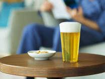 海の見えるラウンジでは、オールインクルーシブだから湯上りのビールも気兼ねなく味わえる!(夕食前まで)