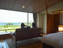 「眺望和ツイン」は7000坪の水上庭園と松島の海をゆったり眺めるソファーの設え。