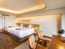 高い天井とシンプルな設えのお部屋には眠りにこだわるシモンズ社のダブルサイズのプレミアムマットレス。