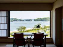 理想の日常を過ごす「松島リゾートツイン」。最上階の大きな窓の奥に広がる絶景のオーシャンビュー。