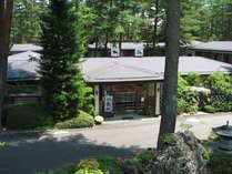 2000坪の敷地に自然を生かした日本庭園どの部屋からも眺められます。