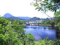 湖面越しのホテル全景