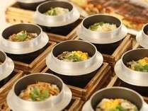 炊き上がるのが楽しみな人気メニュー釜飯。他のお料理も楽しめるように、量は少な目でご用意しております。