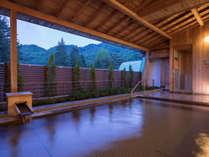 【ひのき露天風呂】季節の移ろいをお楽しみいただけます。