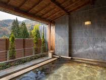 【ひのき露天風呂】(秋)季節の移ろいをお楽しみいただけます。