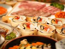 【さくらダイニング】料理イメージ。和食中心の心あたたまるメニューが並ぶバイキング。