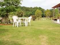 食堂やお部屋から観られる芝生の庭園。コーヒーやビールが飲めます。