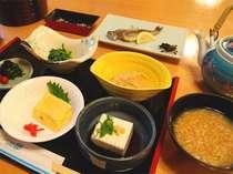 奈良の名物「茶粥」がついた和定食の朝ごはん。画像はイメージです。