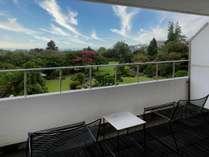 客室テラスから望む庭園