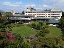 ホテル外観/庭園の緑に映える
