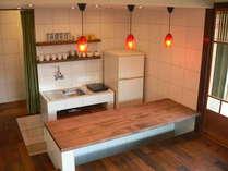 新設のキッチンと掘りこみ式カウンター。調理器具を装備しております。