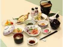 菖蒲コースの夕食例。鍋物や椀物などもつき、季節の味を堪能できます。