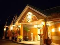 【玄関】エキゾチックなバリ島の石像が並ぶ