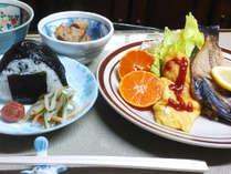 朝食一例 大きいおにぎりと卵料理や五島の焼き魚をどうぞ