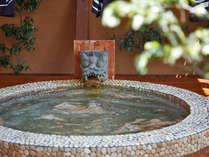 龍をモチーフにした露天風呂。いたるところに龍が飾られております