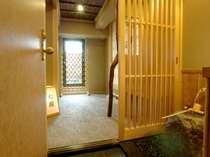 ホテル階上にある【和風貴賓室松園】はドアを開けると別世界が広がります。
