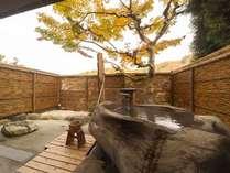 樹齢500年のケヤキの木を切り抜いた露天風呂付き客室<外>