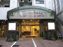 正面玄関でございます。立川駅南口より徒歩4分、ビジネスにレジャーにご利用くださいませ。