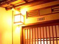 お部屋の入り口一例。純和風の造りで、温かみのある灯りがともります。