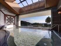 海の見える展望大浴場/大きな窓からは黒津崎海岸を一望。温かい湯船に浸かり景色を眺める至福のひと時。