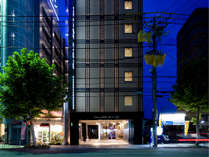 【ヴィラージュ京都外観】四条通り・大宮駅1分に位置したモダンスタイリッシュなホテル宿