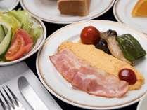 *今日の洋朝食(一例)/老舗ホテルの洋朝食。定番メニューもどことなく懐かしい味わいが楽しめます。