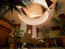 ◆珈琲美談◆1階のロビー喫茶は吹き抜けの天井が開放感あふれる空間。