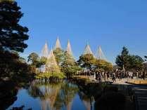 【兼六園】加賀藩前田家の庭園として造られた特別名勝で、池や築山、御亭などが点在する回遊式庭園です