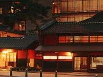 【外観】山代温泉の旅館のなかで唯一昔日の面影を残す伝統の紅殻格子(べんがらごうし)