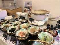 【朝食】お好きなトッピングでお腹にやさしいお粥をお召し上がりください。