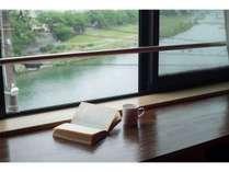 川の音を聞きながら読書もいいですね。