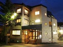夜のリゾートインあべ.正面玄関より、4階立て、外湯巡り、散策に便利な場所にございます。