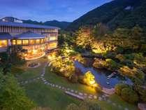 2000坪の日本庭園は全部屋からご覧頂けます
