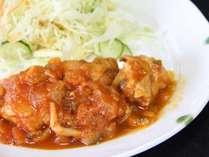 鶏肉のトマトソース煮込みです。ご飯との相性も抜群!