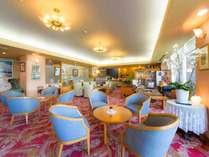 広々としたロビー。宿泊者には無料のコーヒーサーバーと無料の健康茶のセルフサービスあり。