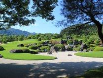 足立美術館内にある喫茶【翠】から見る庭園。