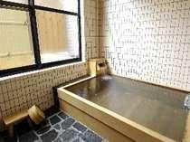 カップル、御家族で貸切温泉木風呂が1時間以内ご利用できお料理も全10品付きのプランです。(有料)