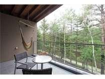軽井沢の心地よい風を感じられる大きなテラスから開放感のある眺めを楽しめます