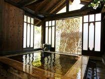 離れにお泊りの方だけにお楽しみいただけるお風呂です。離れの中にあり、檜作りとなっております。