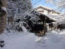 雪化粧の当館です!冬は雪が積もりますのでお車には【滑り止め】をご用意下さいね!