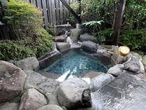 源泉掛け流しの天然温泉「青湯」を露天風呂で満喫ください。