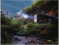 横谷渓谷を流れる渋川から眺めた当館。