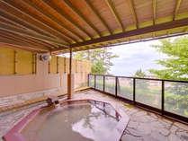 *露天風呂/潮風を肌で感じながらゆっくりと温泉を愉しむ贅沢。