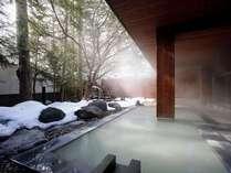【大浴場】凛と張り詰めた空気の中、露天風呂に入ると体も心もあたたかくなります。