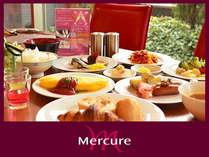 【朝食ビュッフェ】明るい日差しが差し込むレストランで、旬の道産食材を使った和洋ビュッフェをどうぞ