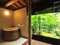 【露天風呂付和室 13-17帖 薫林棟】四季折々の表情を楽しめる中庭をテラスから眺めながらのんびりと