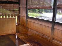 【風呂】渓流を横目に、身体の芯まで温泉成分が染み渡る傷湯と胃腸湯/男湯