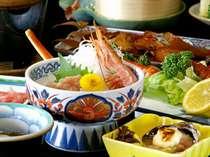地元で水揚げされる新鮮な魚介類をふんだんにご提供しております。